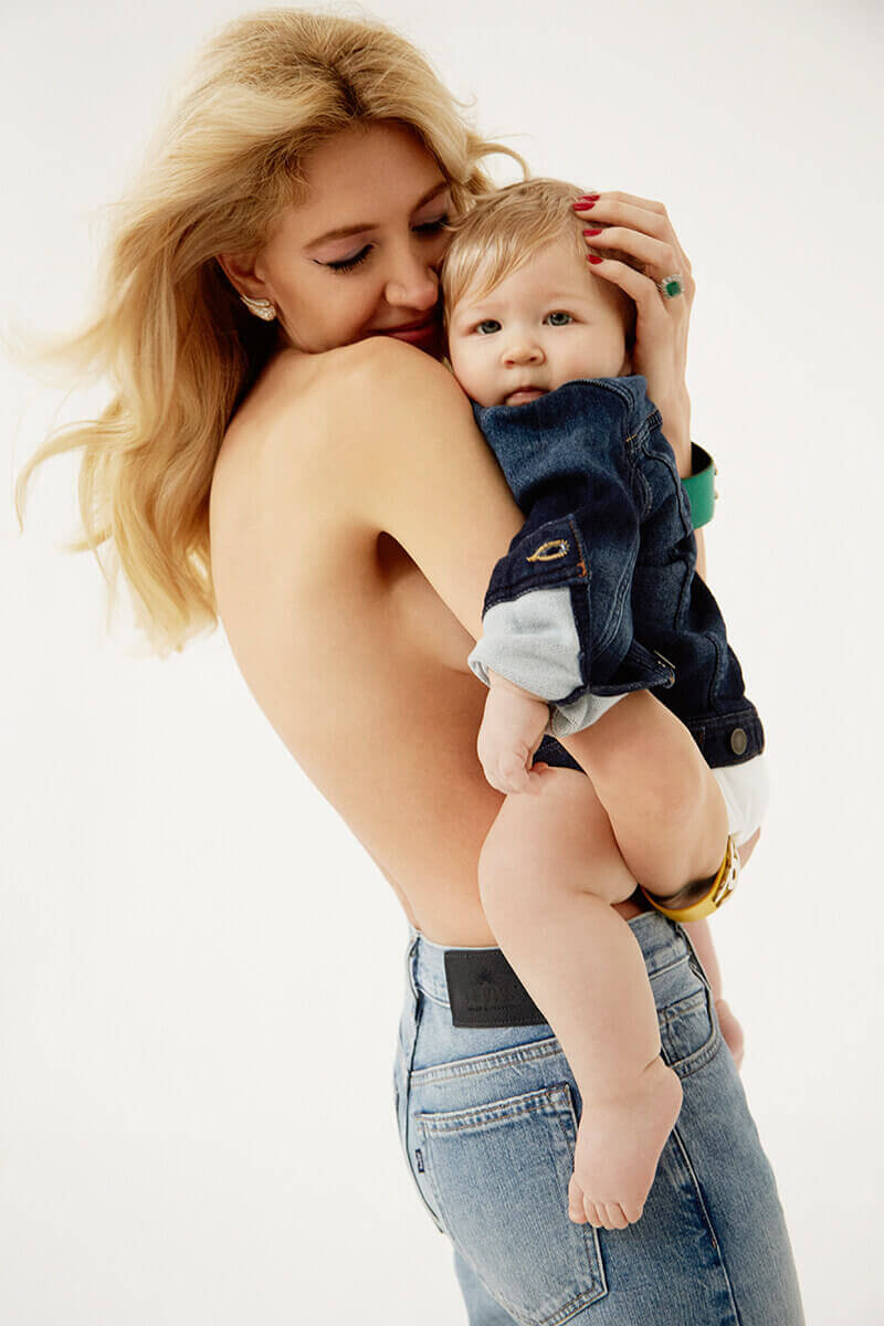 Semaine tastemaker Sabine Getty with baby by Alice Rosati