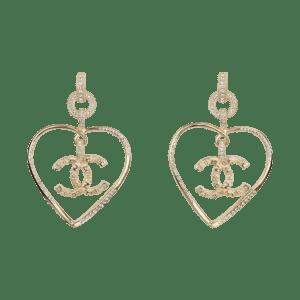 Semaine tastemaker Paris Hilton wears earrings by Chanel